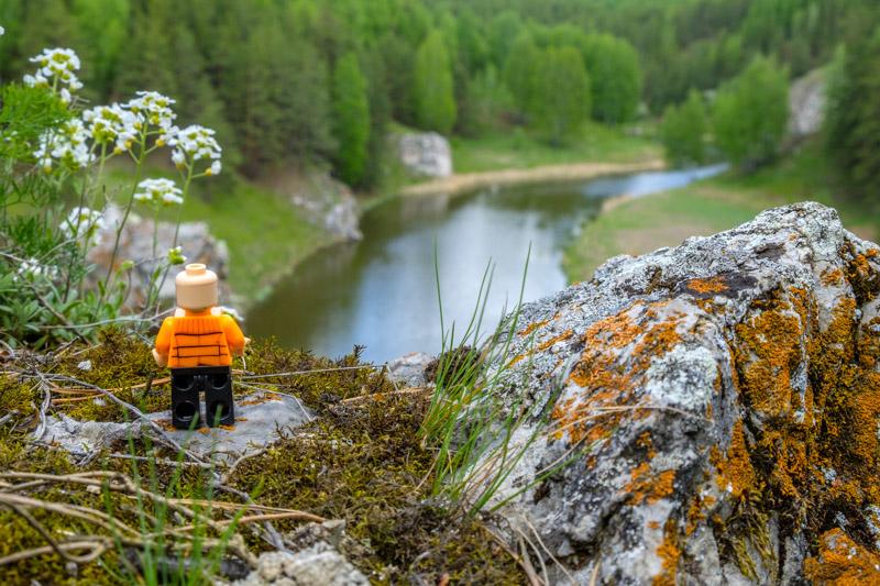 человечек лего на скале возле реки каменка в городе Каменск-Уральский
