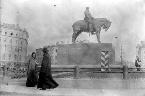 17. У памятника Александру III