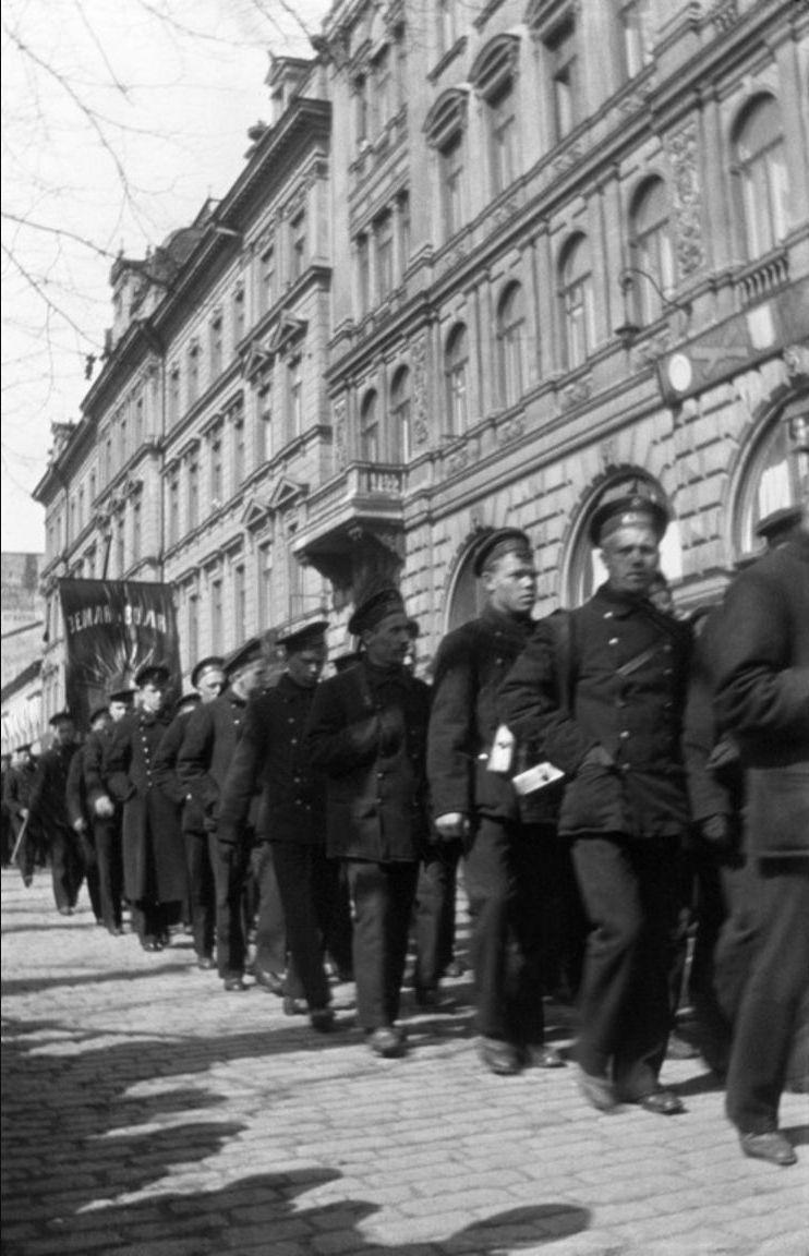 Русские моряки маршируют 1 мая по улице Похъойсэспланади  в Гельсингфорсе