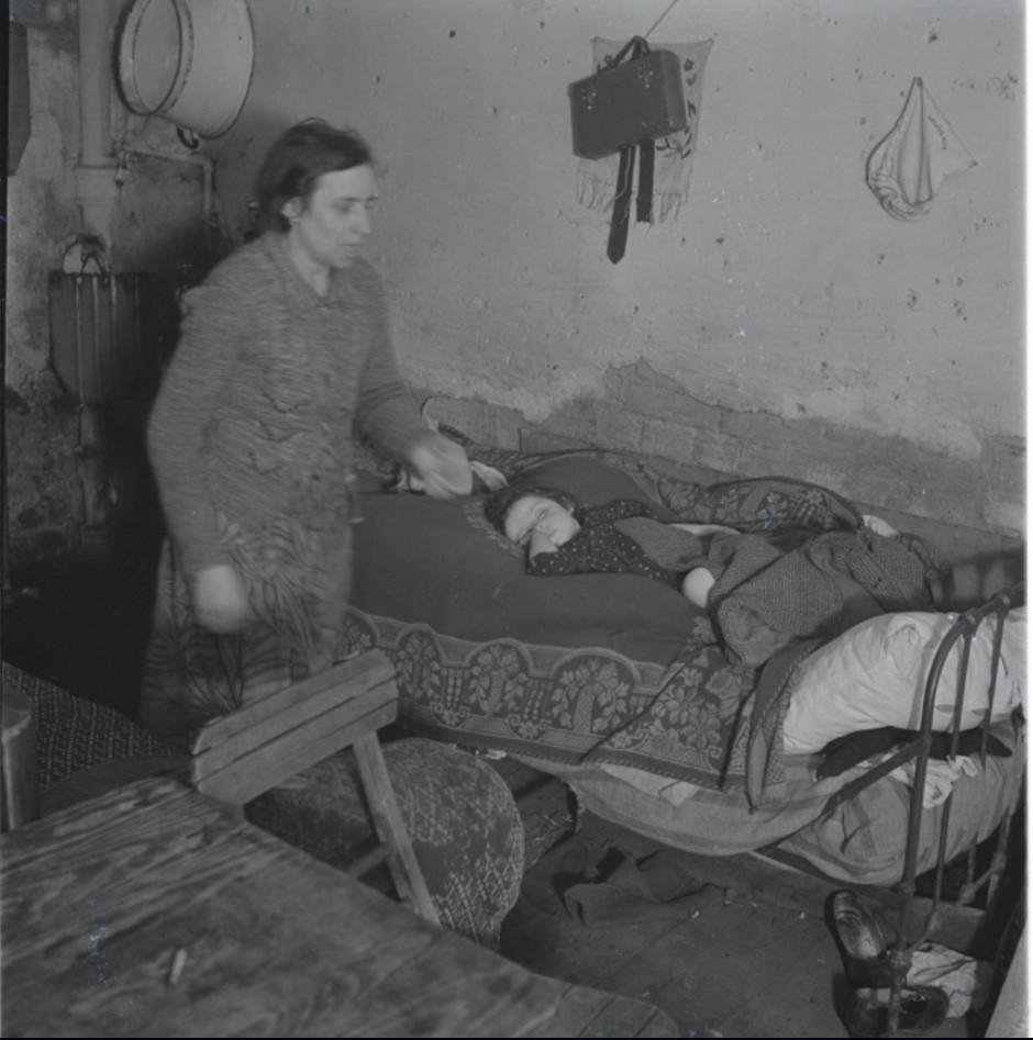 Мать и ребенок в подвальном жилище
