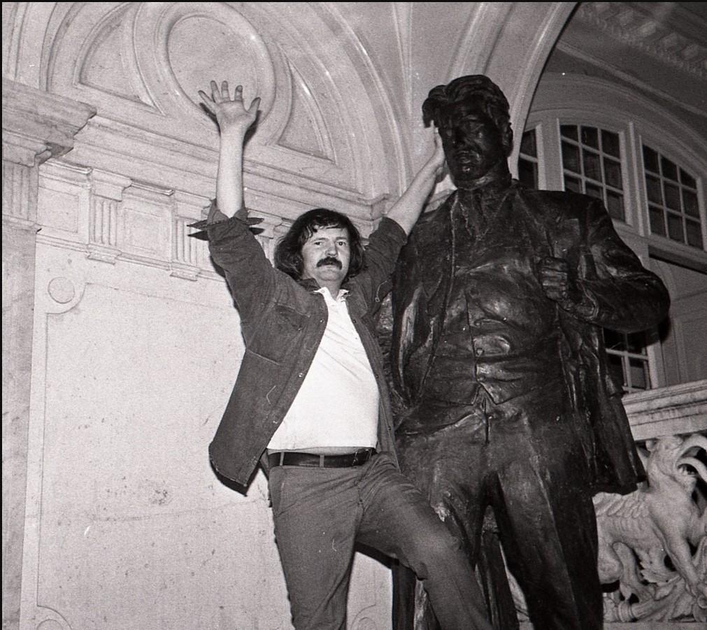 Поэты Геннадий Григорьев (слева) и Владимир Маяковский