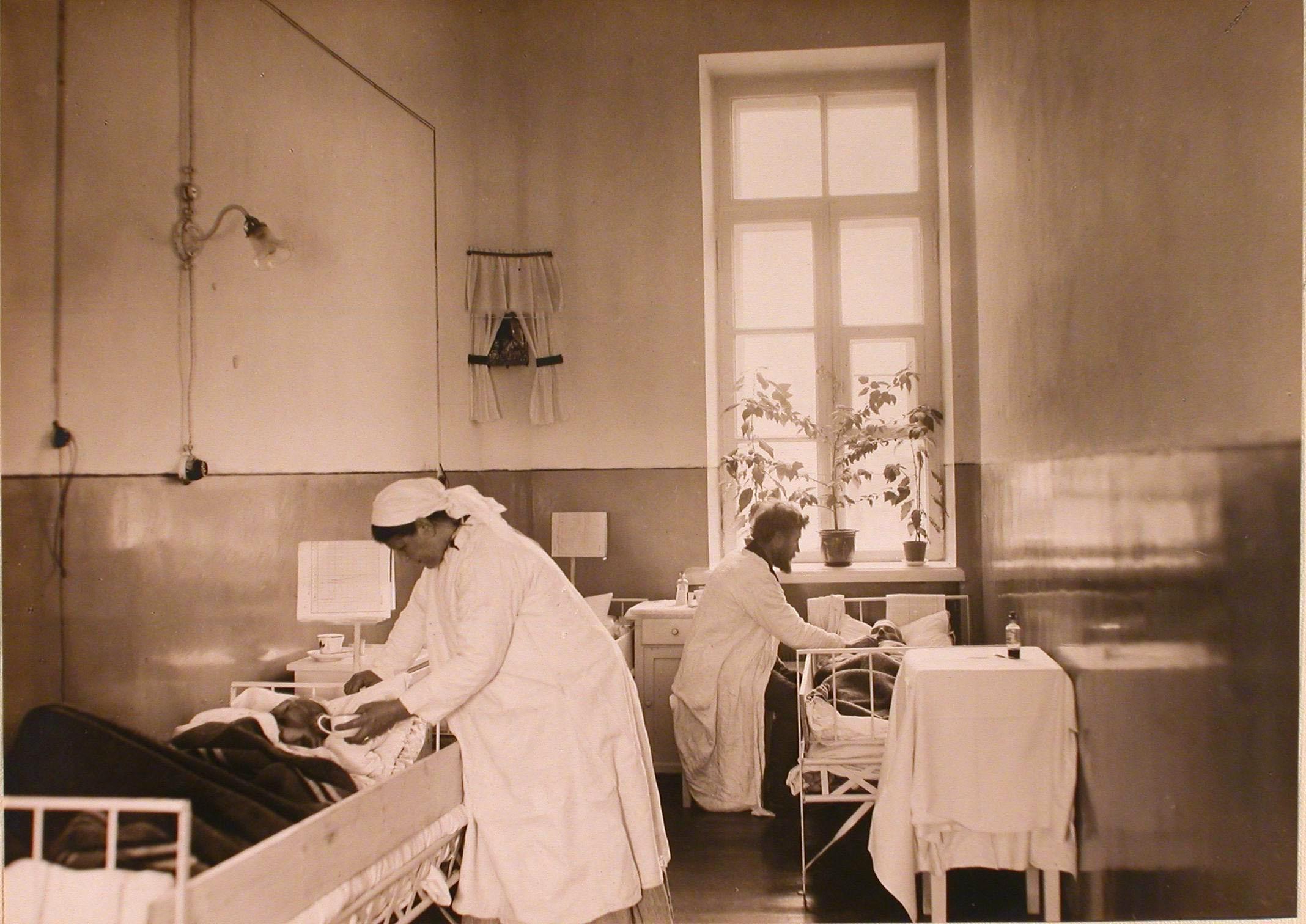 05. Сестра и врач у постелей в палате тяжелораненых госпиталя №1