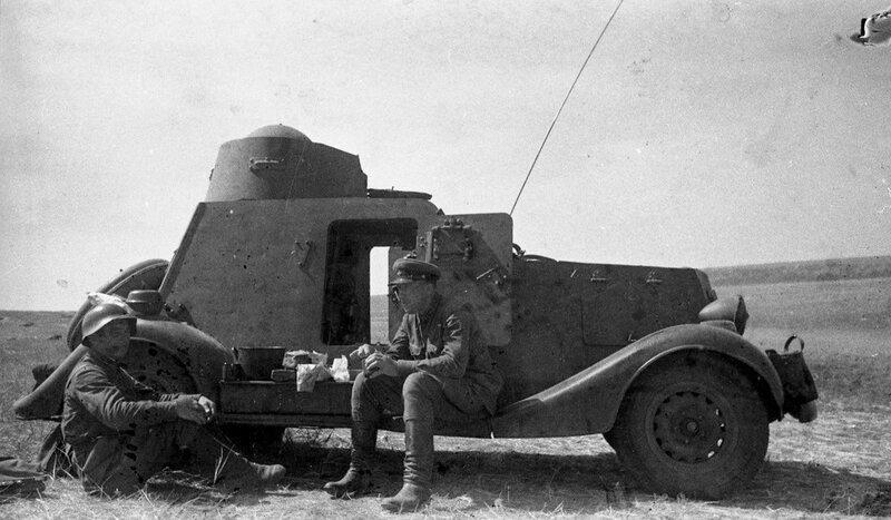 Бойцы Красной Армии у б/а БА-20. Халхин-Гол, 1939 год.