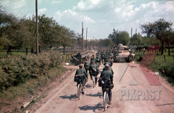 stock-photo-french-somua-s35-medium-panzer-tank-german-bike-troops-france-1940-4th-panzer-division-8773.jpg