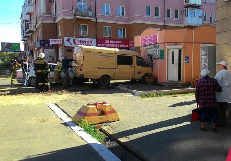 ВОмске инкассаторская машина протаранила беляшную