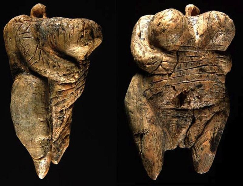 Это Венера из Холе-Фельс, ей 35-40 тысяч лет, и она самая старая скульптура человеческого тела. Ее н