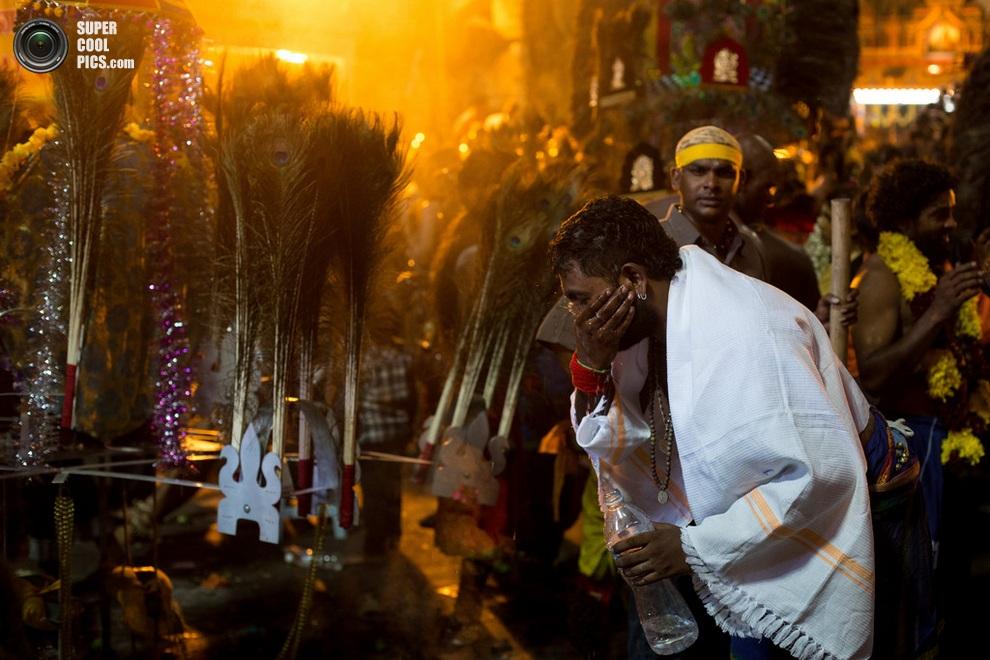Верующий умывает лицо после совершения всех обрядов. (Chris McGrath/Getty Images)