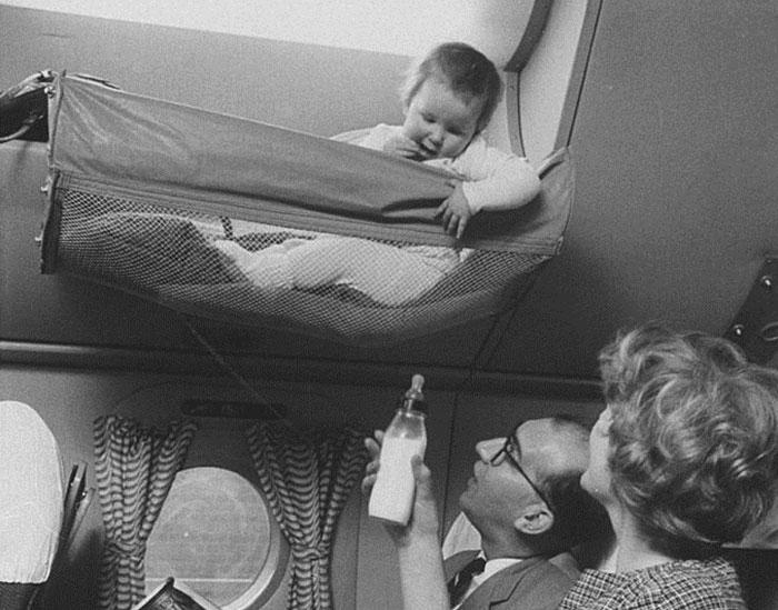 Чтобы родители тоже могли отдохнуть, люльки придумали подвешивать к полке для ручной клади — заметьт