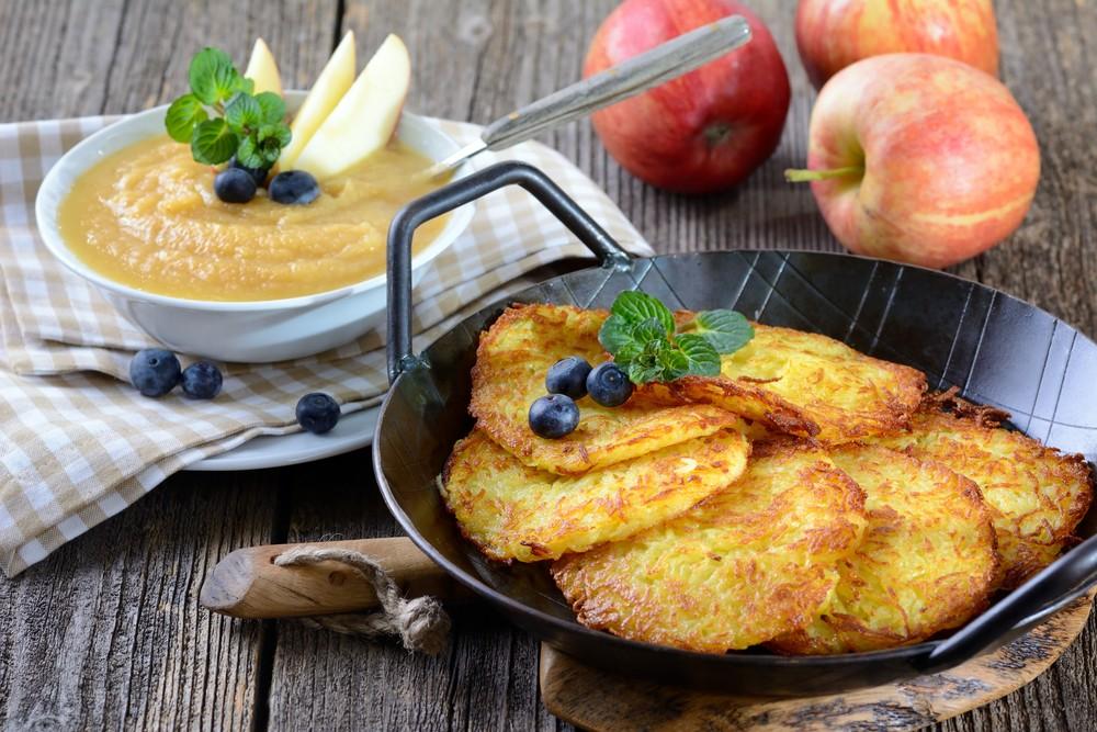 Драники из картофеля, кабачка и яблока Ингредиенты: 2 кабачка 1 яблоко 1 яйцо 4 ст. л. манной крупы