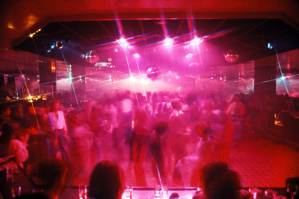 Толпа на танцполе нью-йоркского ночного клуба, 1978 год.