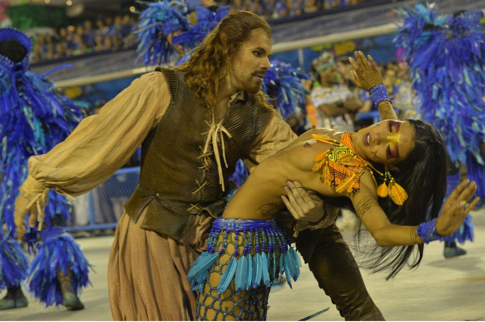 Танцоры школы Beija Flor в первую из двух ночей соревнования Премьер-лиги. Самбодром Рио-де-Жанейро.