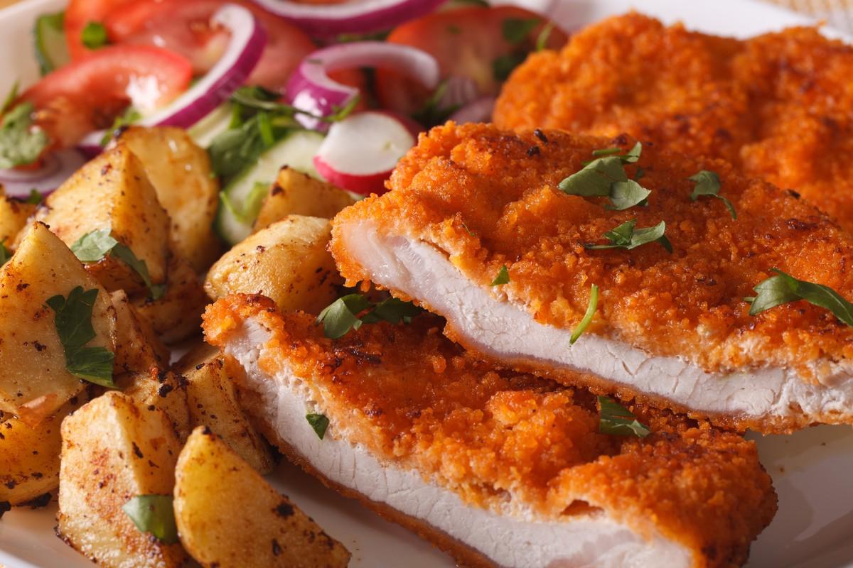 Отбивная из курицы Ингредиенты: куриное филе — 1 шт. куриное яйцо — 2 шт. панировочные сухари нескол