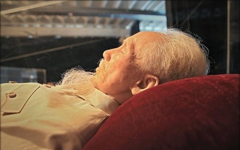 Первый президент Северного Вьетнама в завещании просил кремировать себя, поместить прах в три керами