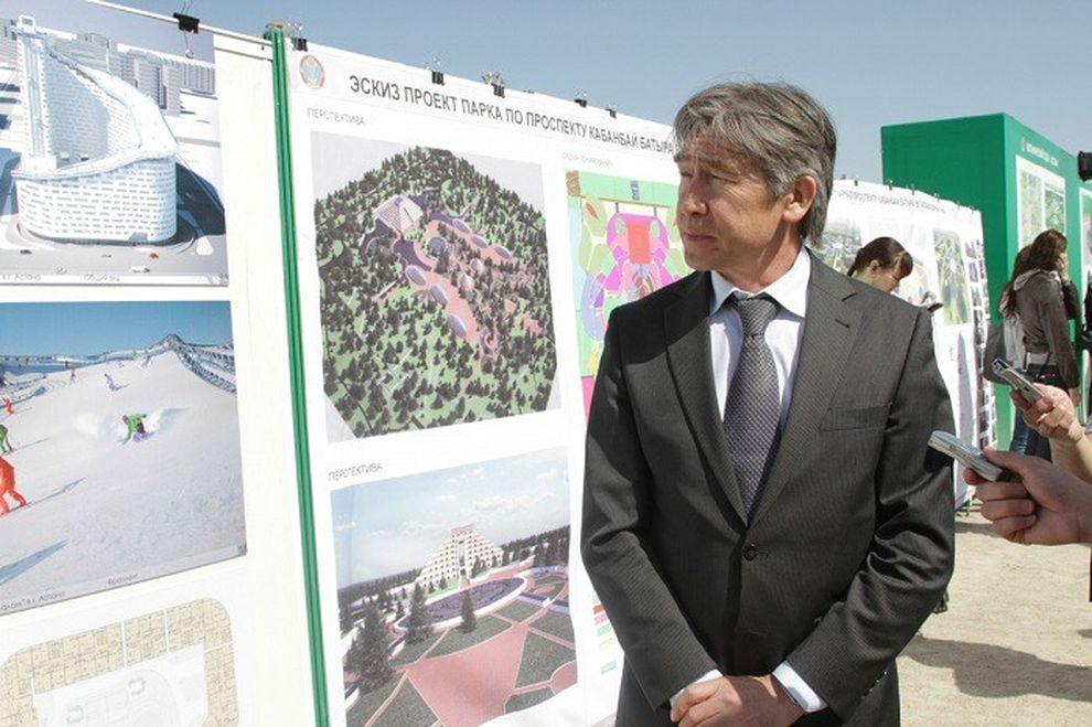 5. Казахский архитектор Шохан Матайбеков возле стенда со своим проектом. Шохан Майтабеков утверждает