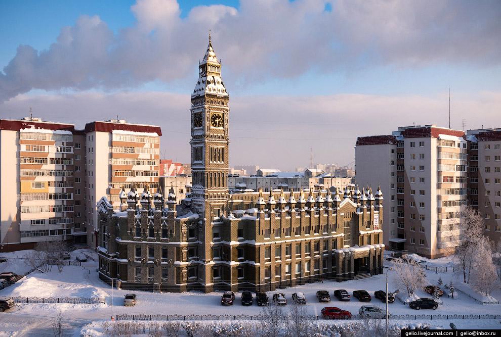 9. Здание и башня построены в 2004 году для местной школы иностранных языков.