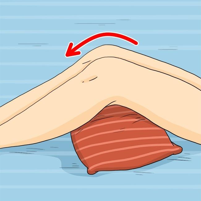 Подкладывая под колени подушку, мысоздаем разницу между уровнем ног иуровнем тела, тем самым улучш