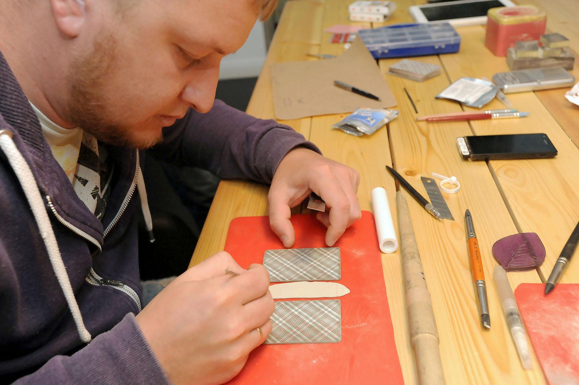 Серебро PMC можно резать, раскатывать, дополнять текстурой и придавать ему совершенно любую форму. У