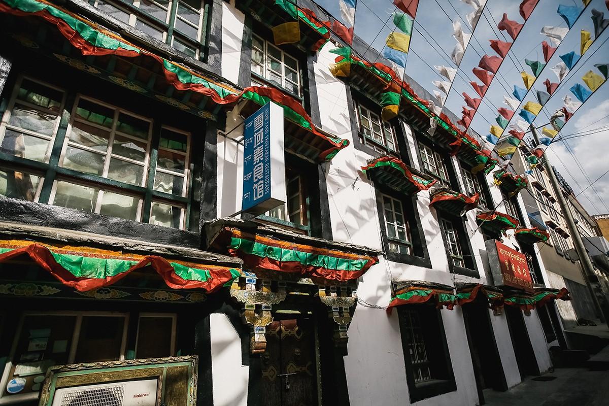 13. Тибетские дома в центре города очень колоритные.