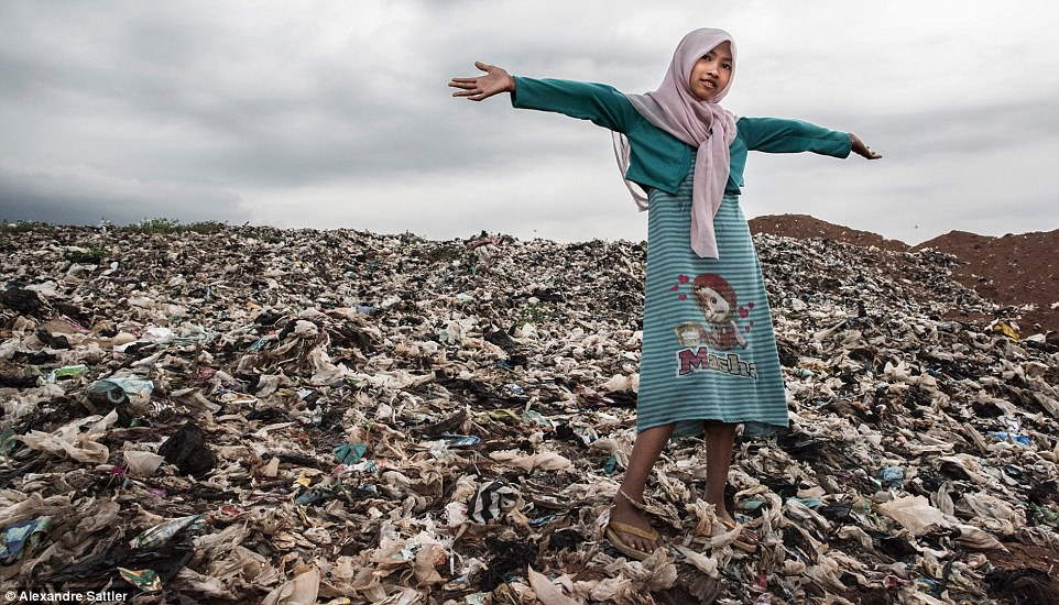 «Мерзкий мир»: как 3000 семей с детьми живут на огромной свалке (11 фото)