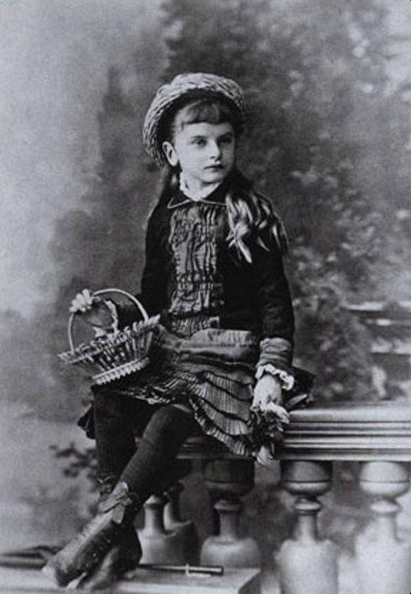 Детское фото Инессы Арманд Владимир Ильич предложил Инессе работу домоуправительницы в своем доме в