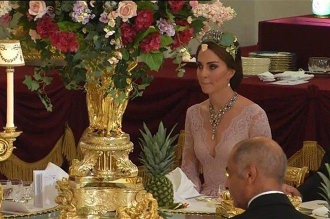 Возможно, таким образом герцогиня чисто по-женски хотела выглядеть не хуже испанской королевы &mdash