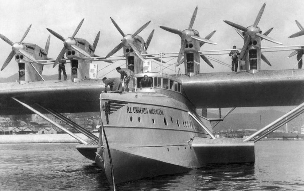 23. Do-X в окружении катеров и байдарок на берлинском озере Ванзее.