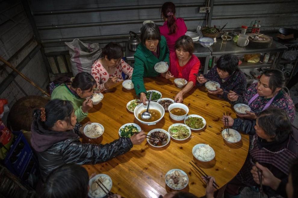Сезонная работница собирает листья чая лунцзин на плантации в деревне Лунцзин недалеко от города Хан
