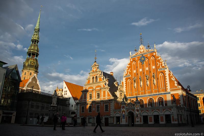 Рыночная площадь. Церковь Святого Петра и Дом Черноголовых снизу