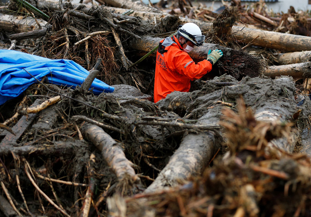 8. Расчистка завалов наймет не одну неделю. Префектура Фукуока, Япония. (Фото Jiji Press):