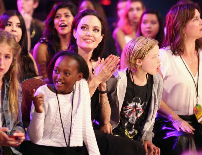 Анджелина Джоли с детьми Поделитесь этим постом с друзьями Источник