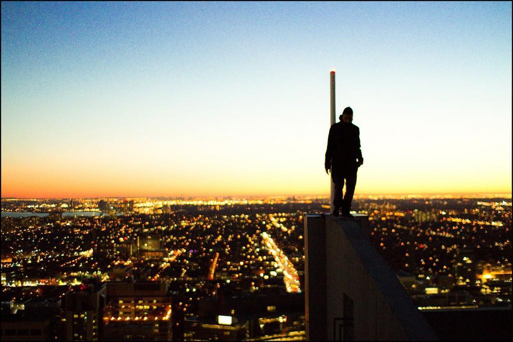 2. Эндрю путешествует по крышам городов во всём мире — от Азии до Америки.