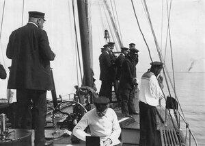 Судейская коллегия с палубы парохода наблюдает за гонками по Финскому заливу