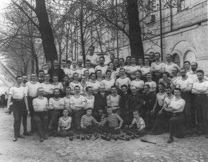 Члены общества в спортивных костюмах в саду