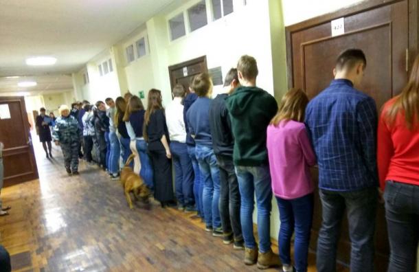 ВПетербурге полицейские поставили детей кстенке впроцессе антинаркотической акции