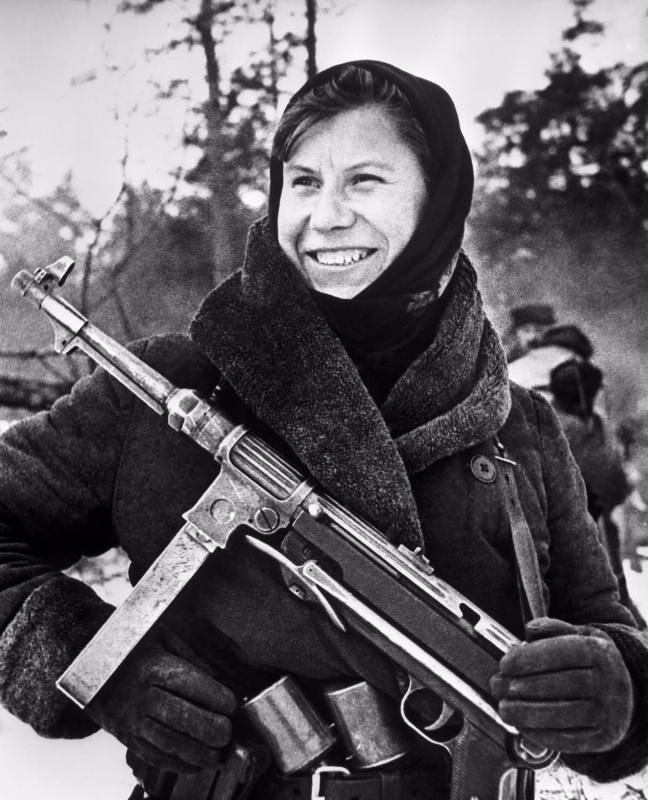 Партизанка Настя с трофейным MP-38. Белоруссия. 43.jpg