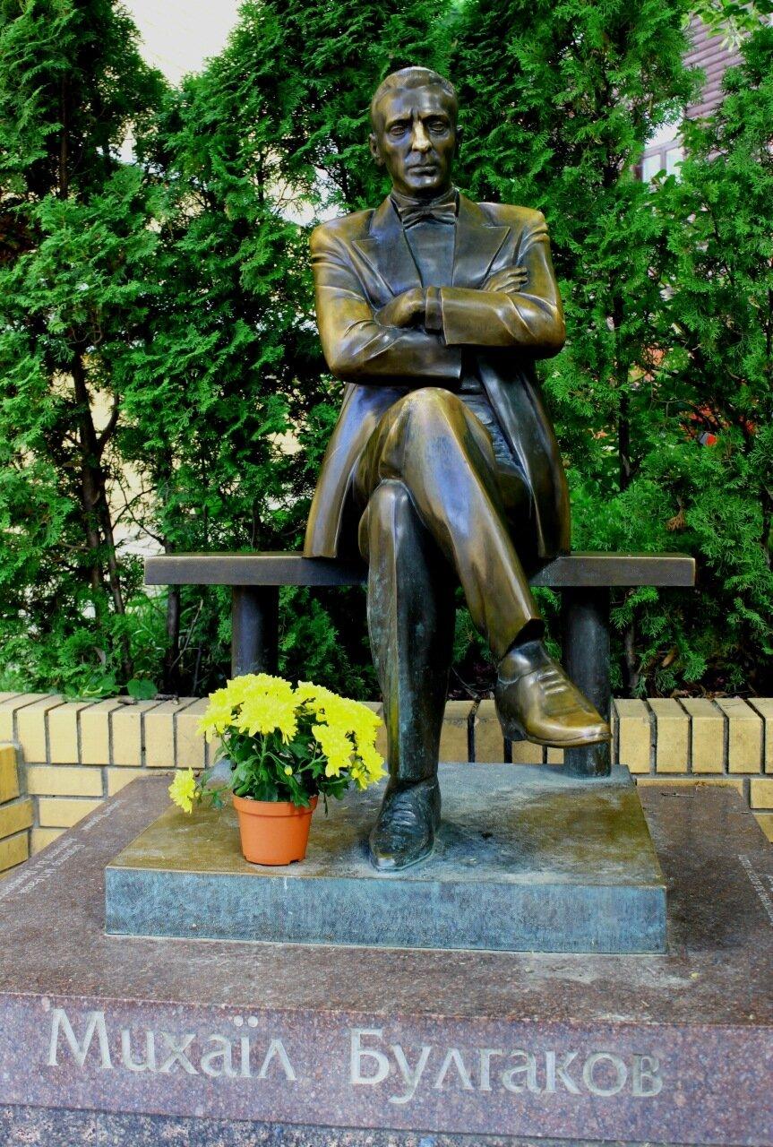 Цветы у памятника Михаилу Булгакову