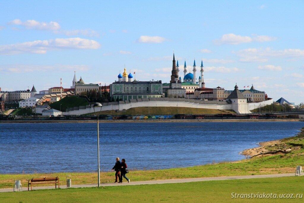 Вид на Казанский Кремль со стороны реки Казанки