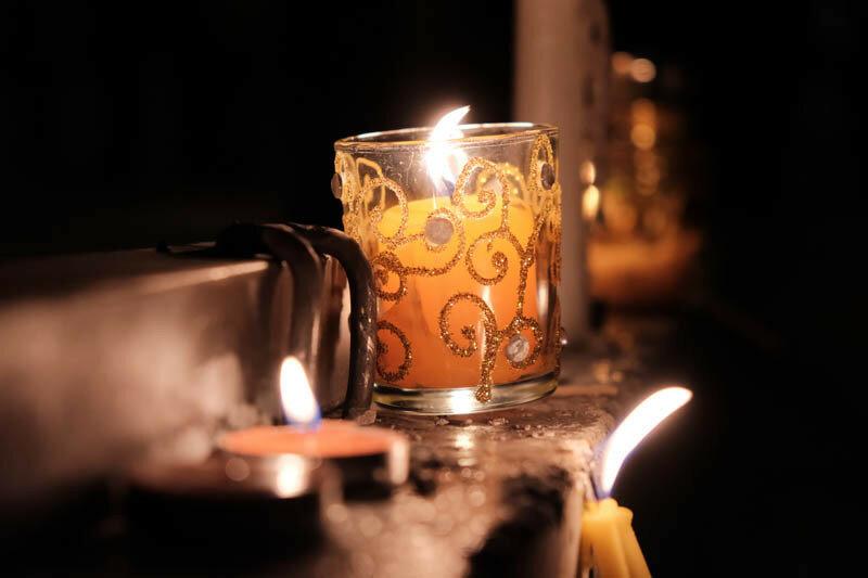 свечи у стендов с портретами воевавших людей
