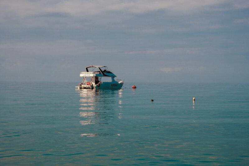 прогулочный катамаран на море