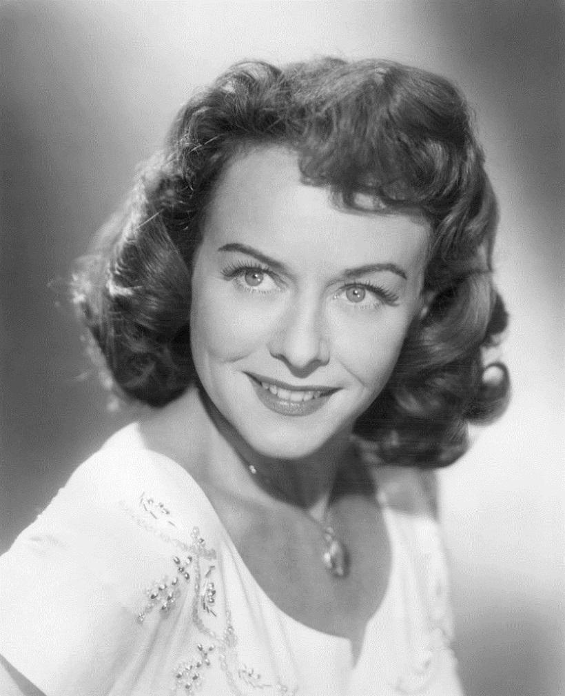 832px-Paulette_Goddard,_A_Stranger_Came_Home_publicity_(1954)_II.jpg