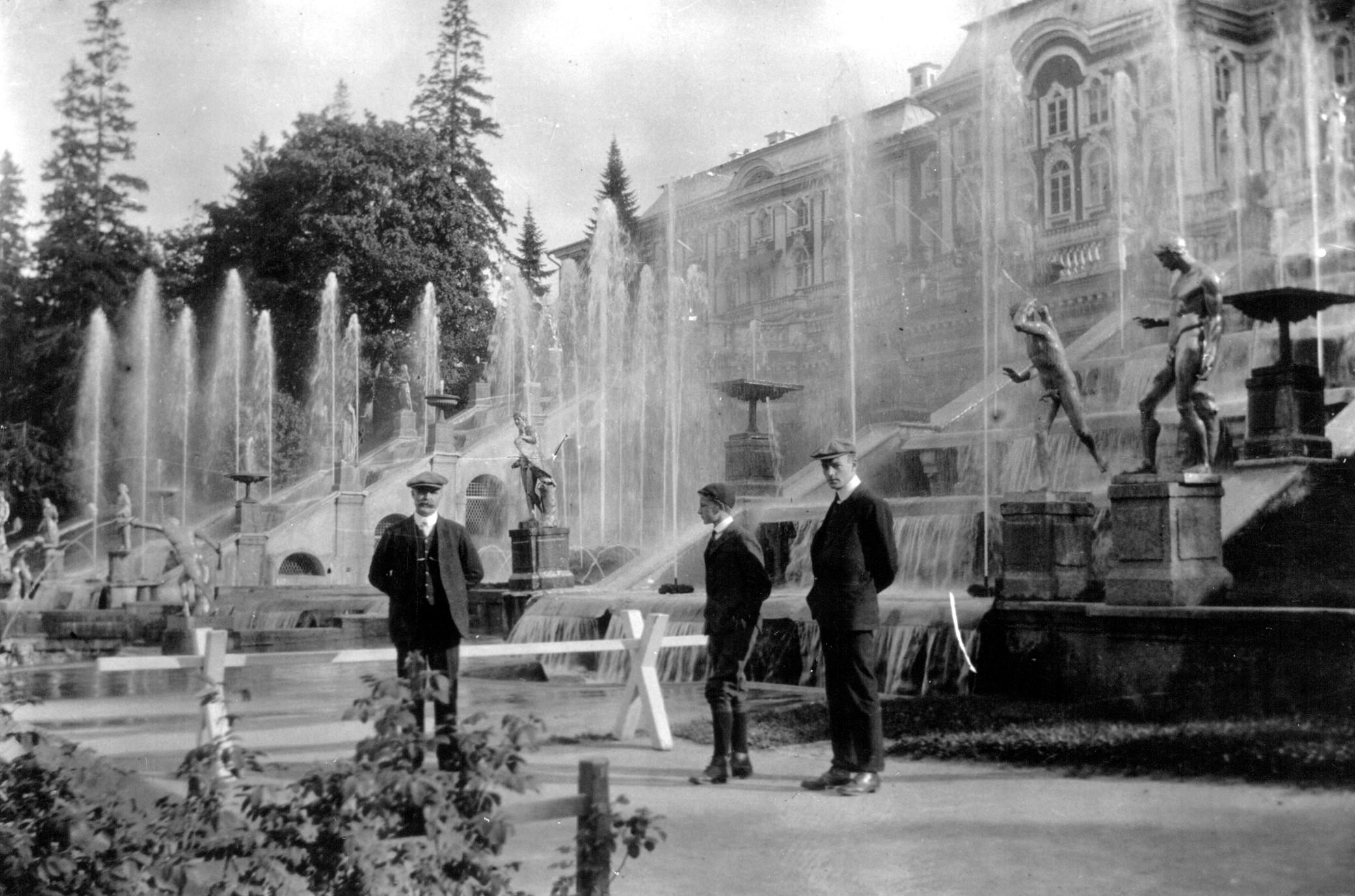 19. Уолтер, Джордж и неизвестный в дворцовом саду Петергофа