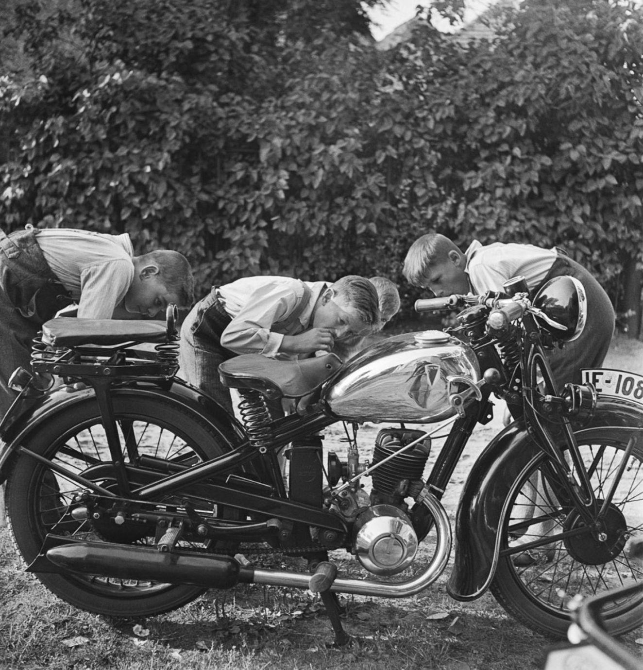 1930-е. Мальчики разглядывают мотоцикл в берлинском предместье