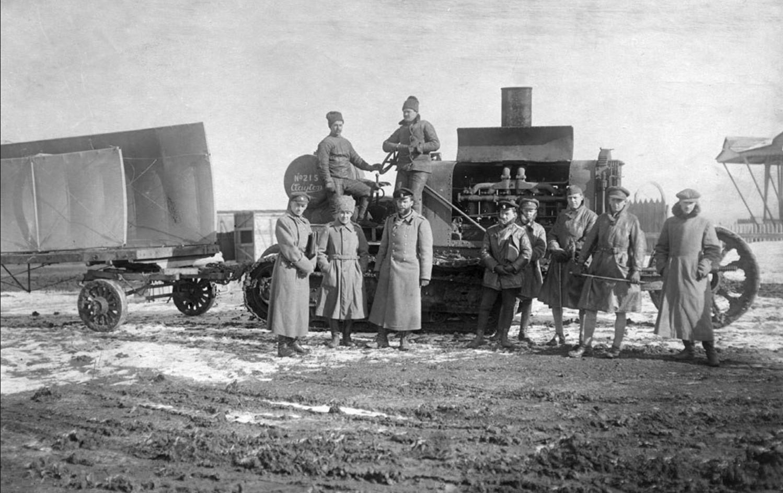 Аэродром в Новочеркасске. Аэродром в Новочеркасске. Второй справа: В. Г. Баранов, третий — И. С. Стрельников. Февраль — март 1919 года