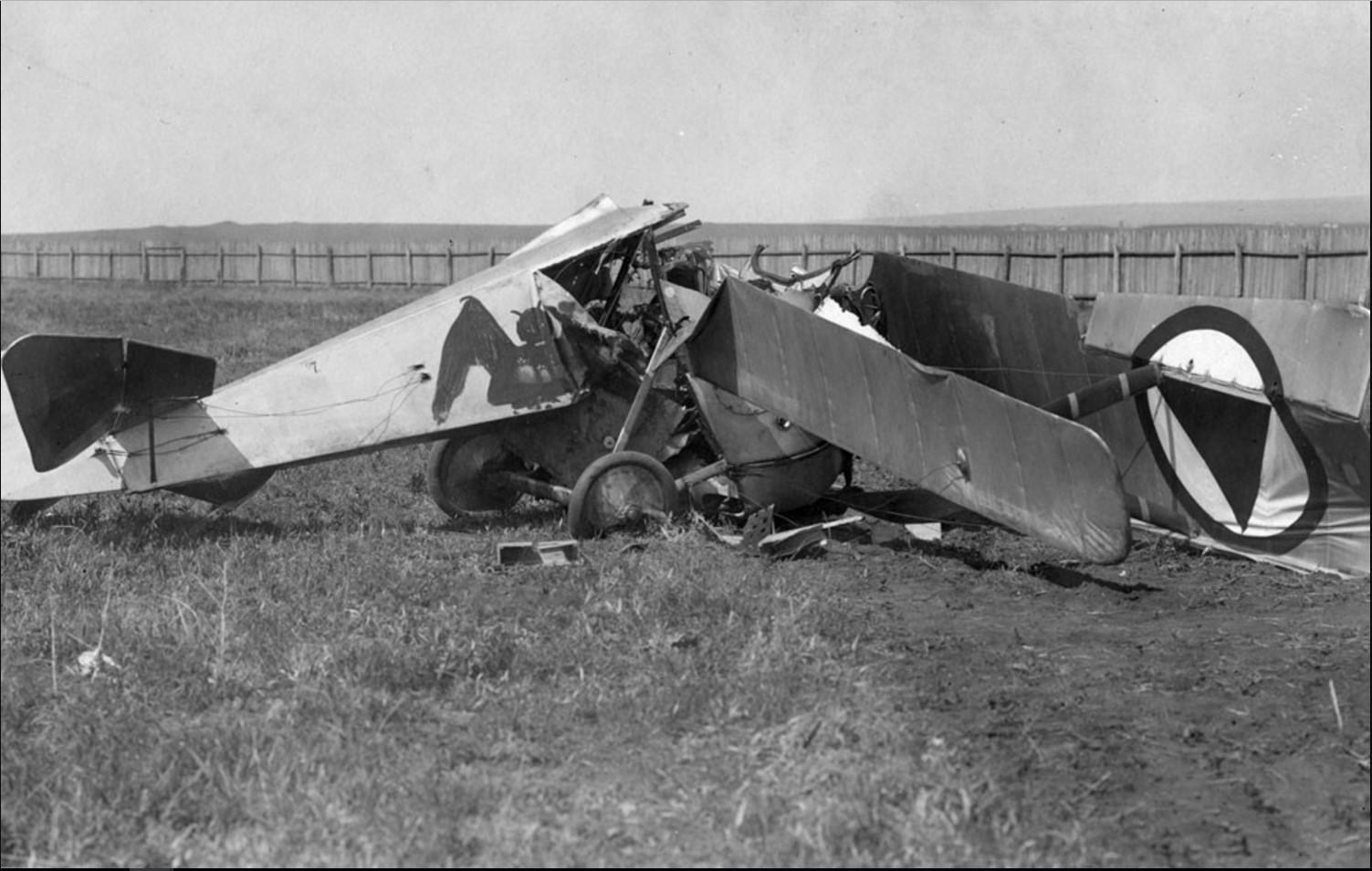 Разбитый во время аварийной посадки «Ньюпор» В. И. Стрижевского. Апрель 1919