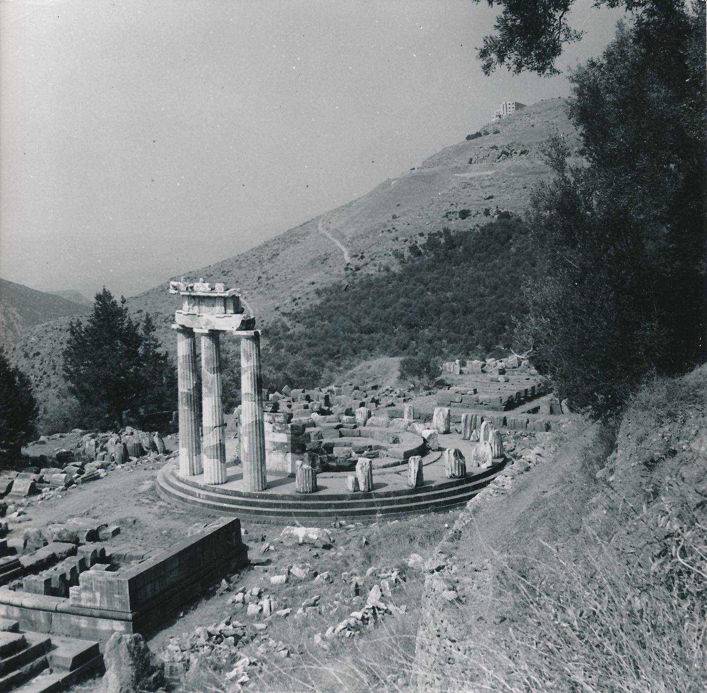 1960.  Дельфы. Святилище Афины Пронеи, Дельфийский толос