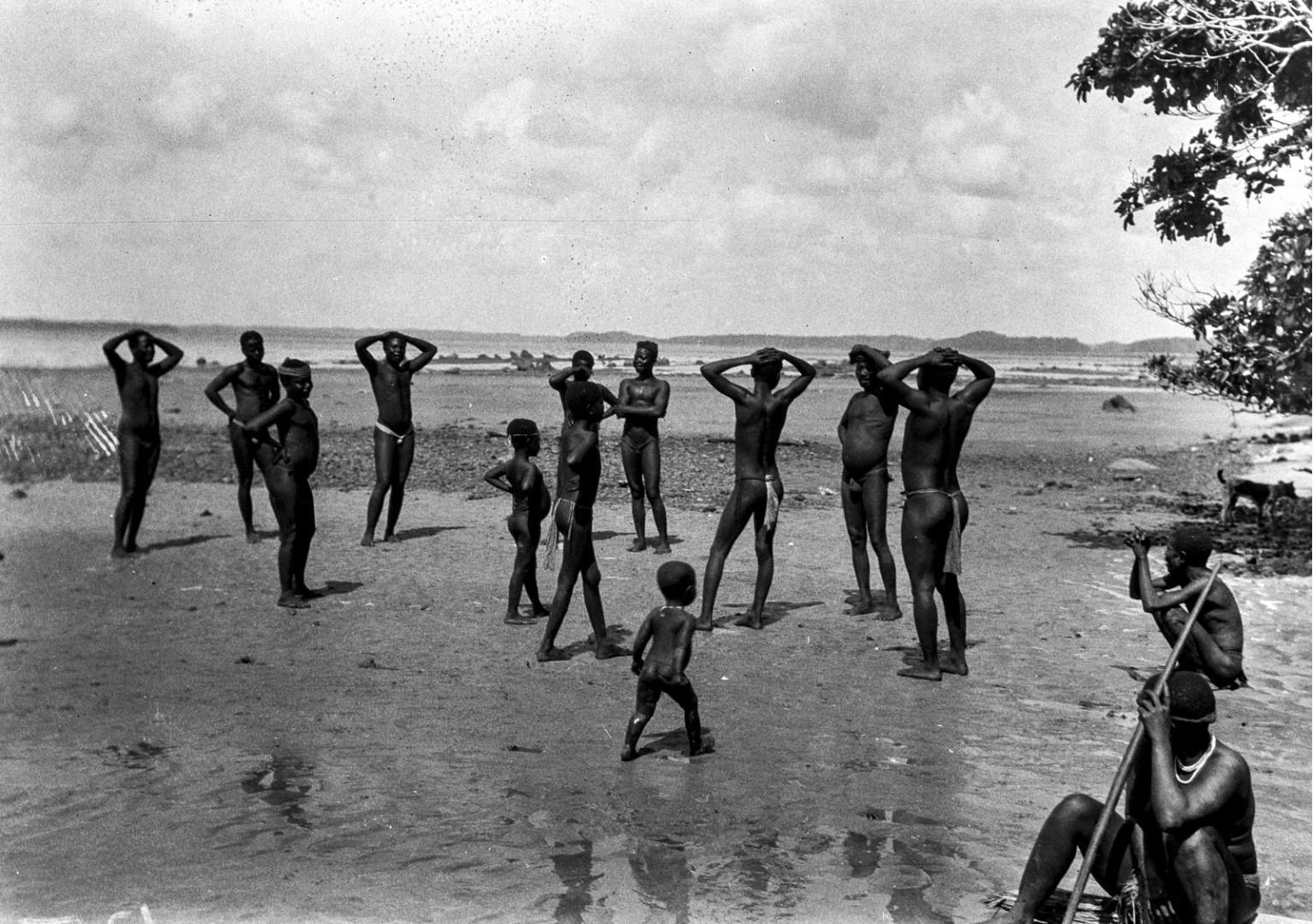 1193. Народность онге. Группа мужчин на берегу собирается танцевать