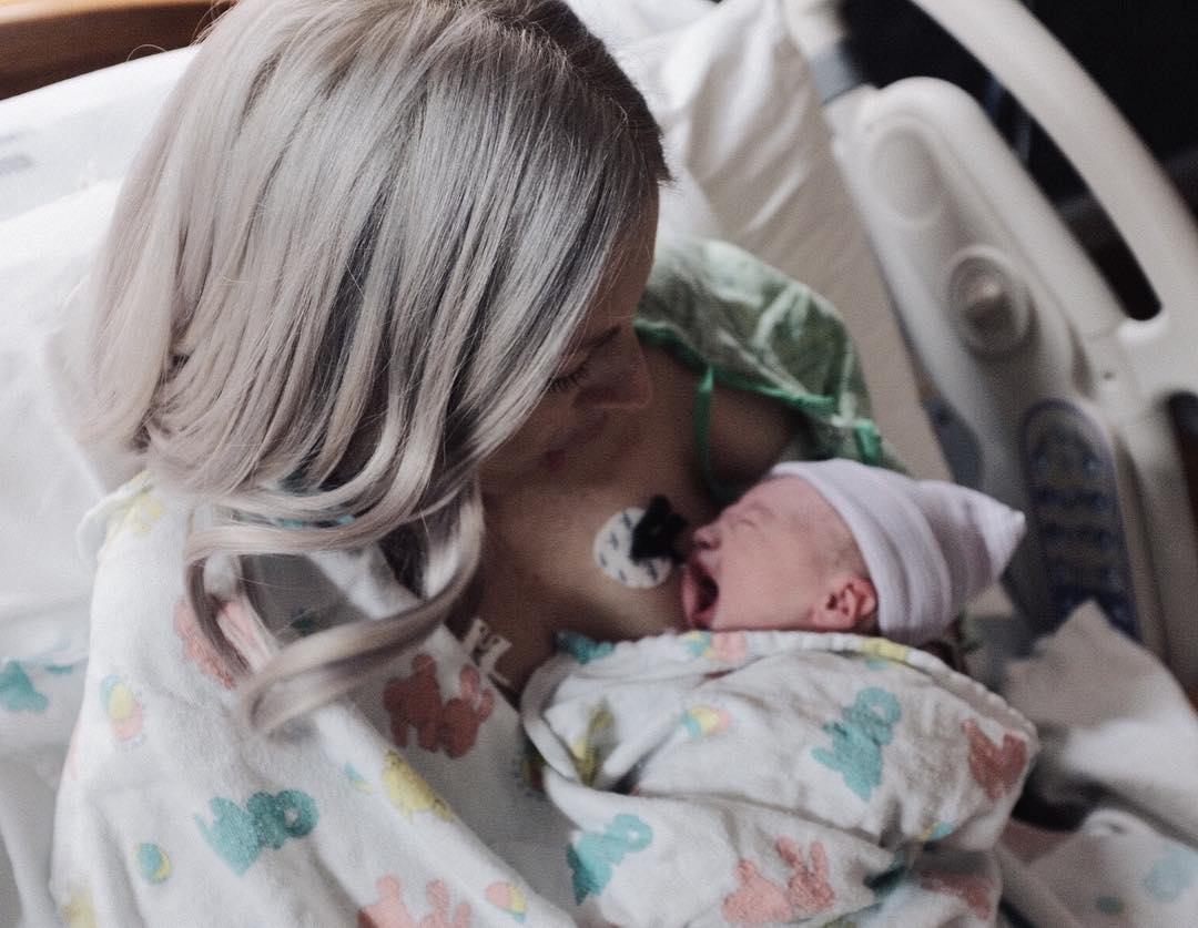 Женщина умерла всего через несколько часов после рождения долгожданной дочери