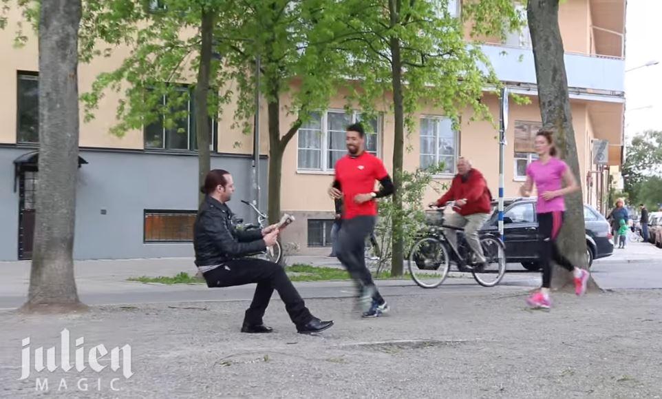 Розыгрыш на улице - невидимый стул