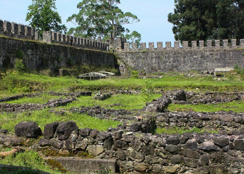 Можно взять услугу экскурсовода и прогуляться по крепости Гонио