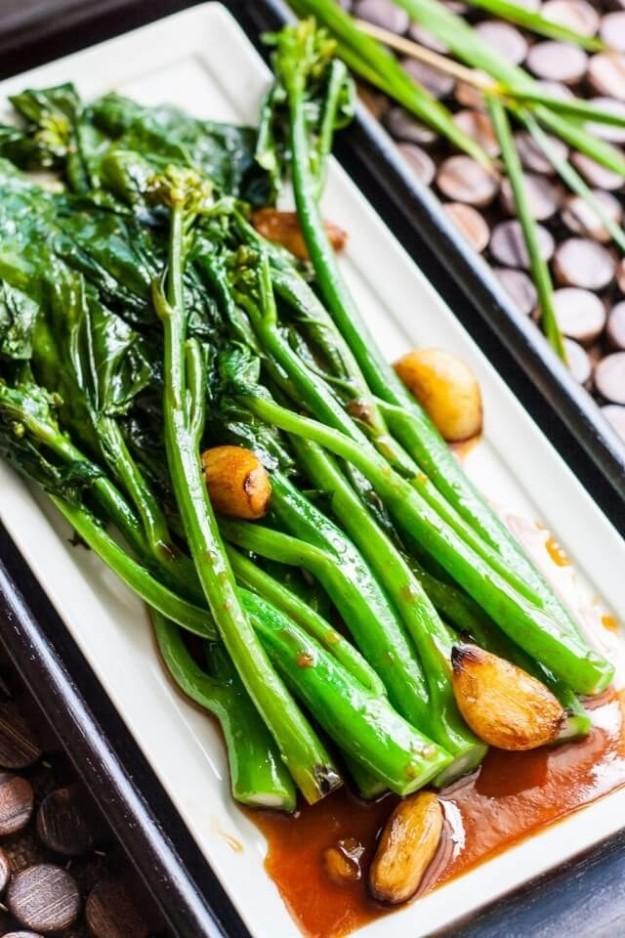 Китайская брокколи с устричным соусом также подается на китайский Новый год. Длинные стебли капусты